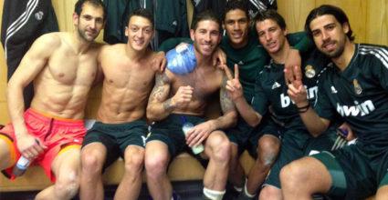 Zum Abschluss einer ereignis- und siegreichen Hammerwoche posteten Sergio Ramos und Raphaël Varane noch dieses Foto aus der Umkleide im Old Trafford.
