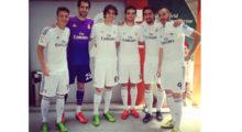 Im Anschluss an die Pressekonferenz posierte die Mannschaft im neuen Gewand auf dem Rasen des Santiago Bernabéu. Diese Gelegenheit nutzte Kaká, um dieses Foto auf Facebook zu veröffentlichen.