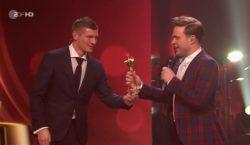 """Kroos überreicht Olly Murs """"Goldene Kamera"""""""