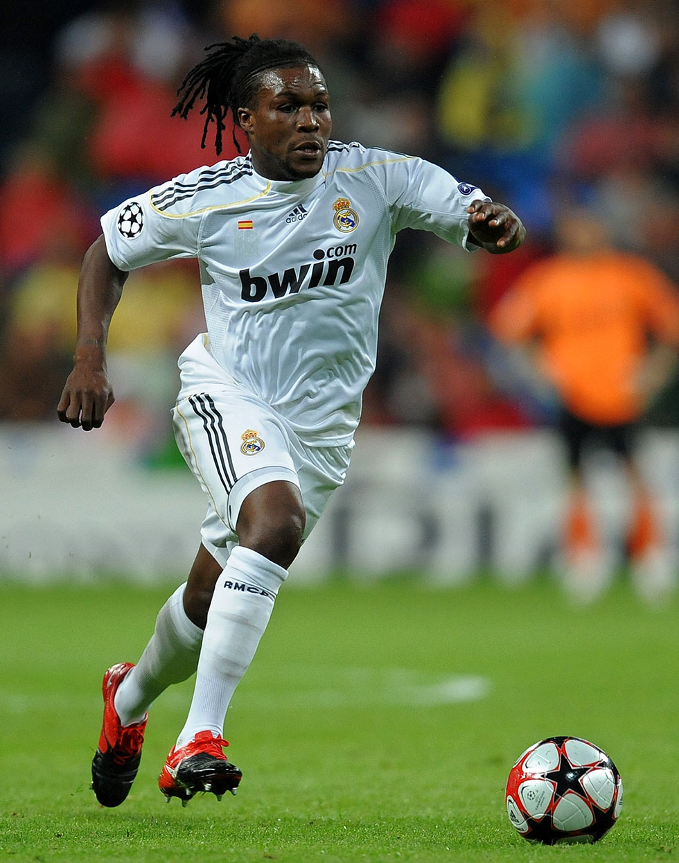 MADRID, SPAIN - OCTOBER 21: Royston Drenthe (R) of Real Madrid runs for the ball with Marco Borriello of AC Milan during the Champions League group C match between Real Madrid and AC Milan at the Estadio Santiago Bernabeu on October 21, 2009 in Madrid, Spain. AC Milan won the match 3-2. (Photo by Jasper Juinen/Getty Images)