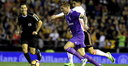 Real Madrid's German midfielder Toni Kroos (L) vies with Valencia's Argentinian midfielder Enzo Perez during the Spanish league football match Valencia CF vs Real Madrid CF at the Mestalla stadium in Valencia on February 22, 2017. / AFP / JOSE JORDAN        (Photo credit should read JOSE JORDAN/AFP/Getty Images)