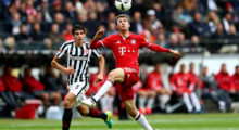 FRANKFURT AM MAIN, GERMANY - OCTOBER 15: Jesus Vallejo (L) of Frankfurt and Thomas Mueller (R) of Bayern Muenchen battle for the ball during the Bundesliga match between Eintracht Frankfurt and Bayern Muenchen at Commerzbank-Arena on October 15, 2016 in Frankfurt am Main, Germany.  (Photo by Lars Baron/Bongarts/Getty Images)