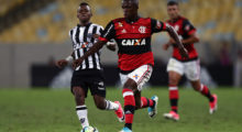 RIO DE JANEIRO, BRAZIL - MAY 13: Vinicius Jr. (R) of Flamengo struggles for the ball with Cazares of Atletico MG during a match between Flamengo and Atletico MG part of Brasileirao Series A 2017 at Maracana Stadium on May 13, 2017 in Rio de Janeiro, Brazil. (Photo by Buda Mendes/Getty Images)