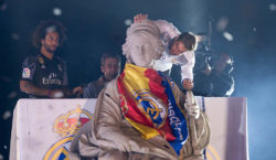 MADRID, SPAIN - MAY 21:  Sergio Ramos of Real Madrid CF kisses the statue of the godess of Cibeles at Cibeles square after winning the La liga title on May 21, 2017 in Madrid, Spain.  Real earlier beat Malaga 2-0 in Malaga to clinch the Spanish league title.  (Photo by Denis Doyle/Getty Images)