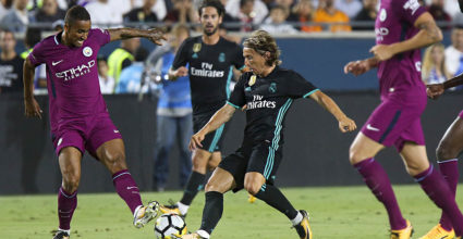 Real Madrid defender Modric (C) vies the against Manchester City's Danilo (L) during their International Champions Cup (ICC) football match on July 26, 2017 at the Los Angeles Memorial Coliseum in Los Angeles, California.  / AFP PHOTO / RINGO CHIU        (Photo credit should read RINGO CHIU/AFP/Getty Images)