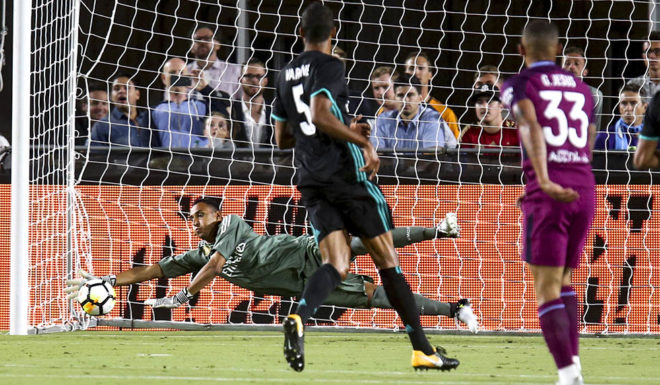 Real Madrid goalkeeper Keylor Navas (L) makes a save against Manchester City during their International Champions Cup (ICC) football match on July 26, 2017 at the Los Angeles Memorial Coliseum in Los Angeles, California.  / AFP PHOTO / RINGO CHIU        (Photo credit should read RINGO CHIU/AFP/Getty Images)