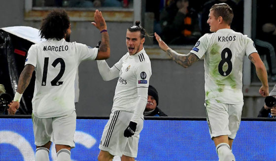 German Real Madrid, Gareth Bale (C), identifies a & # 39; midfielder of Real Madrid, German Toni Kroos (R), and Marcelo, Brazil's leading players, after opening the scoring in the UEFA Champions League UEFA football match against Real Madrid on 27 November 2018 at an Olympic stadium in Rome. (Photograph by Tiziana FABI / AFP) (TIZIANA FABI / AFP / Getty Images camera should be read)