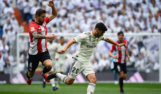 Der spanische Mittelfeldspieler von Real Madrid, Marco Asensio (R), fordert den spanischen Verteidiger Inigo Martinez von Athletic Bilbao während der spanischen Liga Real Madrid und Athletic Bilbao am 21. April 2019 im Santiago Bernabeu-Stadion in Madrid ( Bildnachweis (GABRIEL BOUYS / AFP)